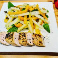 Kohlrabi-Paprika Salat mit Sesam Putenbrust