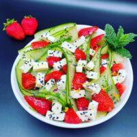 Gurkensalat mit Erdbeeren und Feta